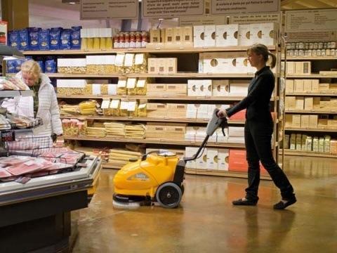 Adiatek Baby gulvvasker fra Curantteknik.dk på arbejde i et supermarket