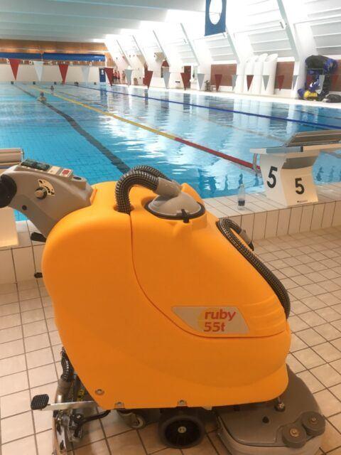 Ruby gulvvaskemaskine på arbejde i en svømmehal